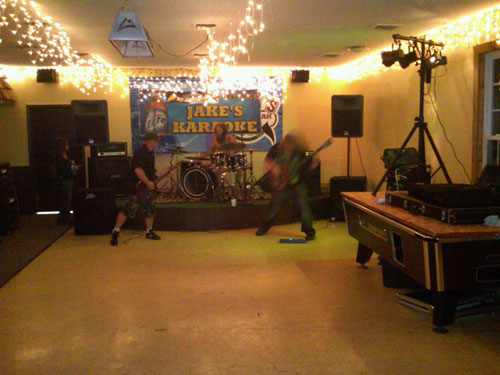 bar-band-playing-alone